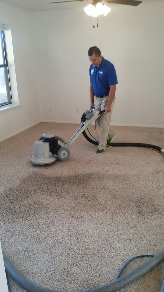 Fort Smith Chem-Dry Tech cleaning carpet